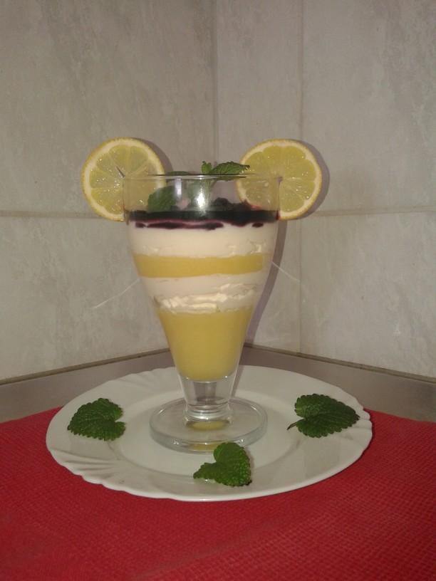 Mango z limetino mascarpone kremo in borovničevim prelivom