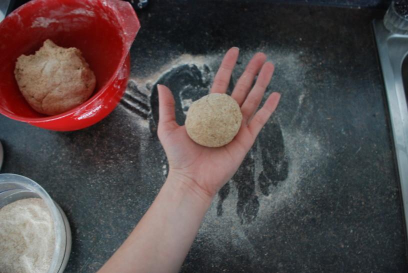 Z dlanmi oblikujemo kroglice.
