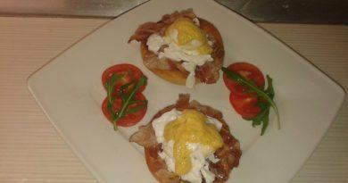 Poširan jajček na popečeni panceti s holandsko omako