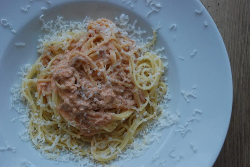 Špageti oviti v tunino omako