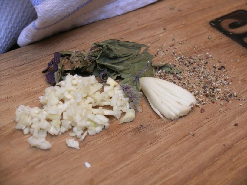 Suhe začimbe stremo in jih dodamo jedi že med kuhanjem, česen in oljčno olje dodamo, ko je jed gotova
