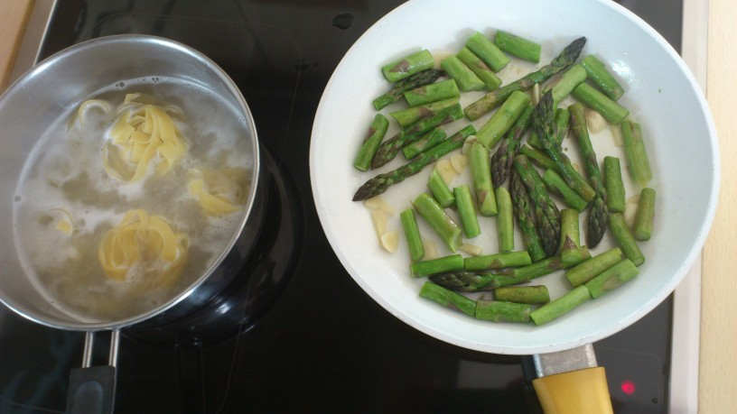 Rezanci s kurkumo, šparglji in svežimi zelišči