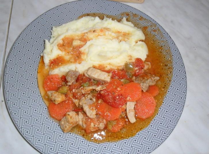 Okusna svinjina v paradižnikovi omaki s korenčkom