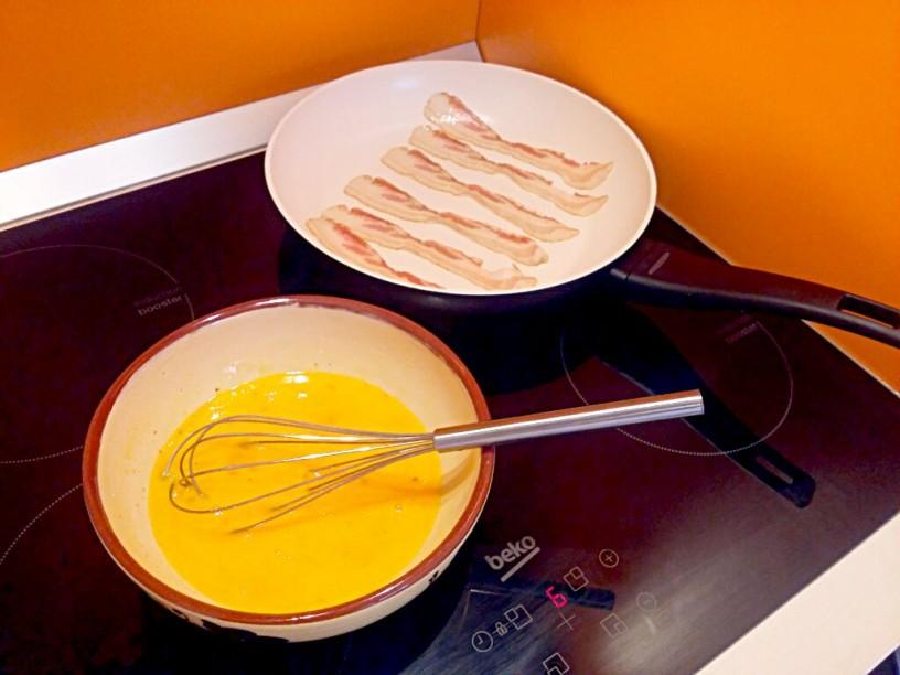 nedeljski zajtrk - umešana jajčka s slanino