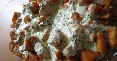 sladki-krompir-z-zeliscno-smetanovo-omako
