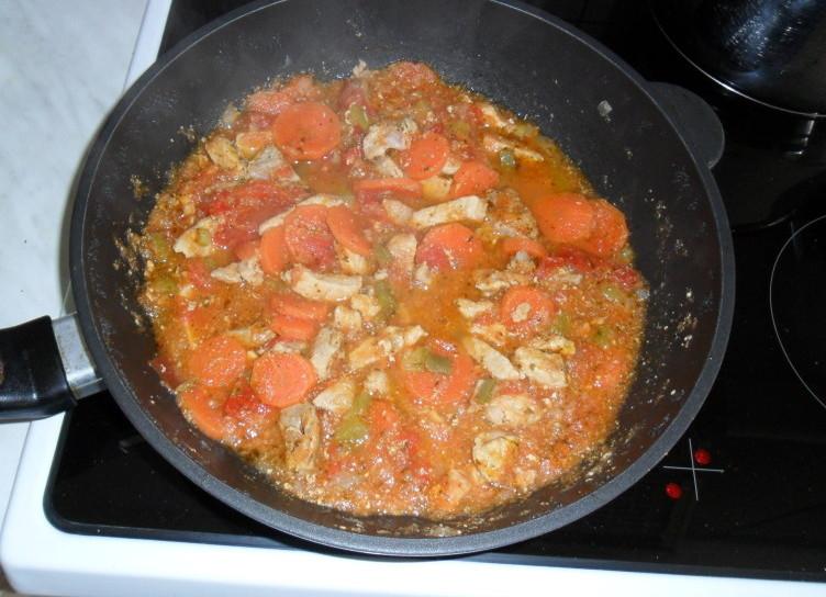 Svinjina v paradižnikovi omaki s korenčkom
