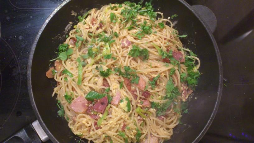 Špageti ala Carbonara obogateni s porom in zelišči (2)