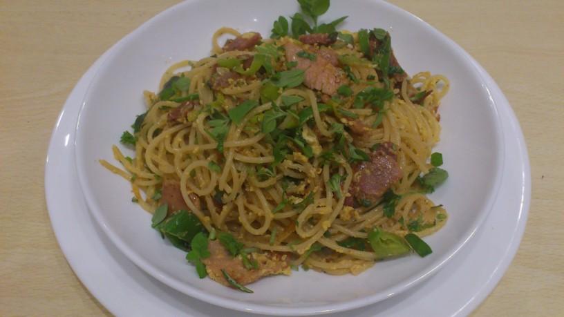 Špageti ala Carbonara obogateni s porom in zelišči