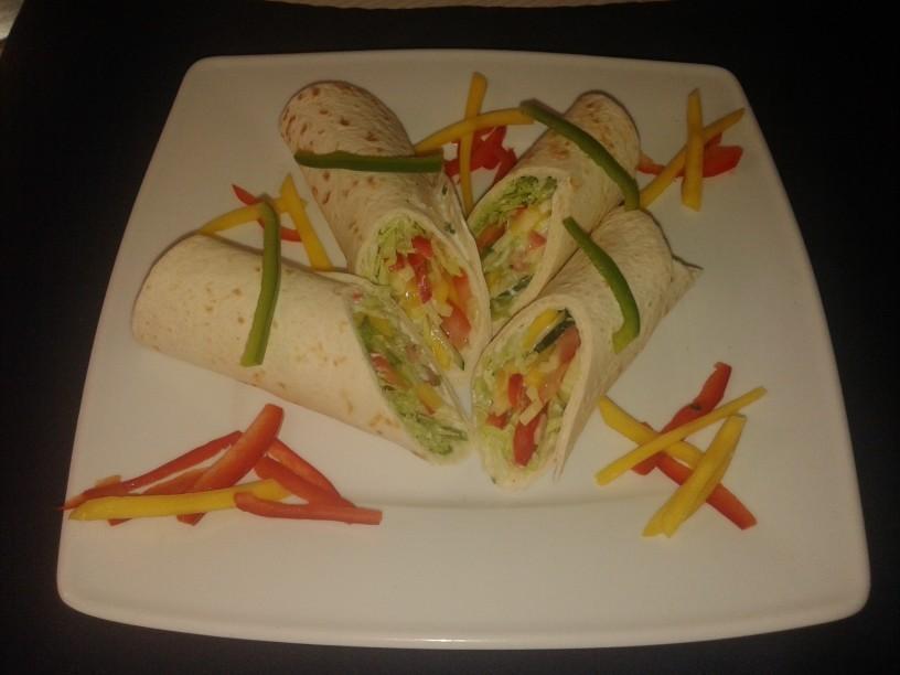 Tortilla wraps - zelenjavno sadni zvitki z jogurtnim prelivom