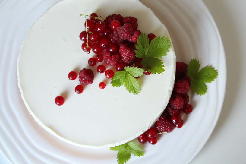 nebeska jogurtova torta z ribezom in malinami (16)