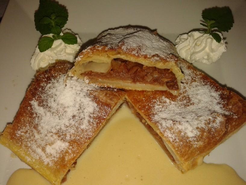 Jabolčni zavitek z vaniljevo kremo