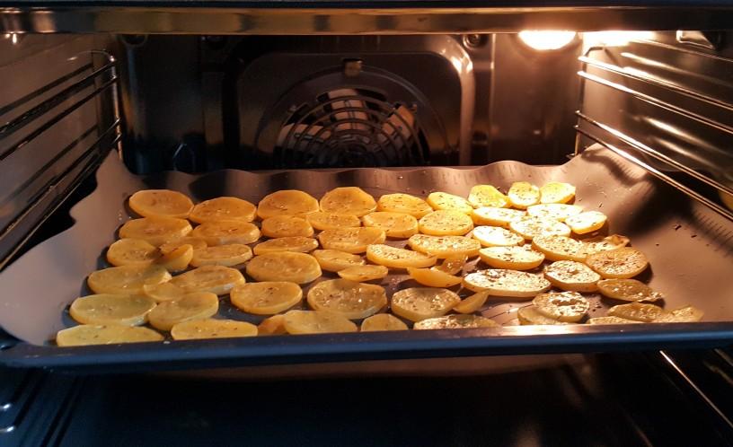 Preproste krompirjeve rezine s solnim cvetom