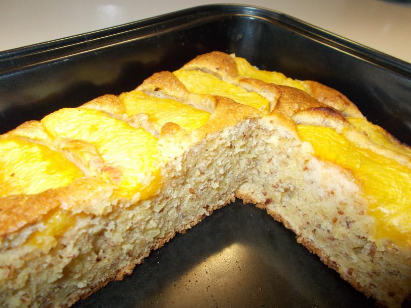 Mandljev kolač z breskvami