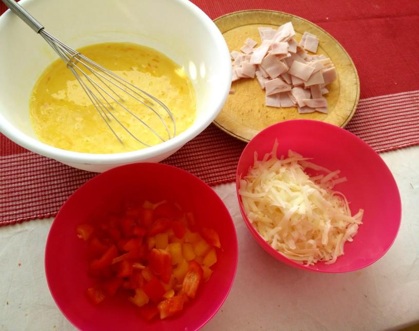 jajce-s-sirom-šunko-in-papriko-v-muffinu-1