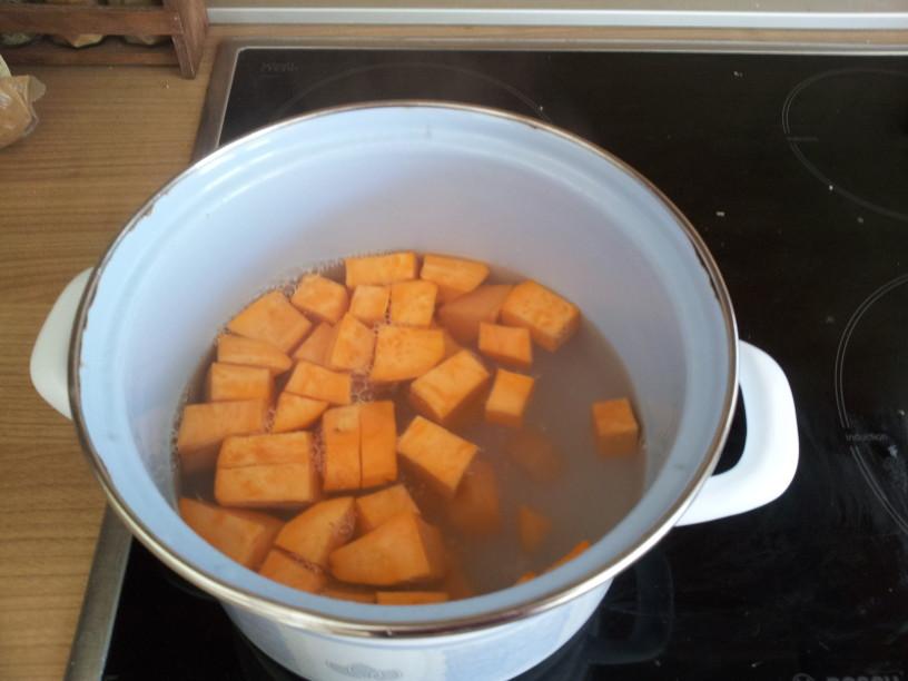 Krompir previdno položimo v zavreto vodo.