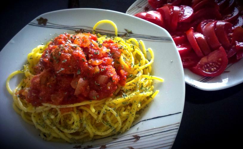 Testenine z brezmesnimi čufti v paradižnikovi omaki