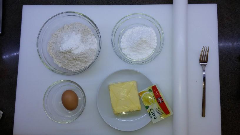 Hruškova pita s polnozrnatim pirinim testom in vanilijevo kremo
