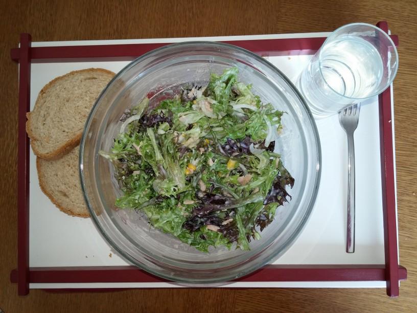 Okusno, zdravo, enostavno: solata s tuno, koruzo in čebulo
