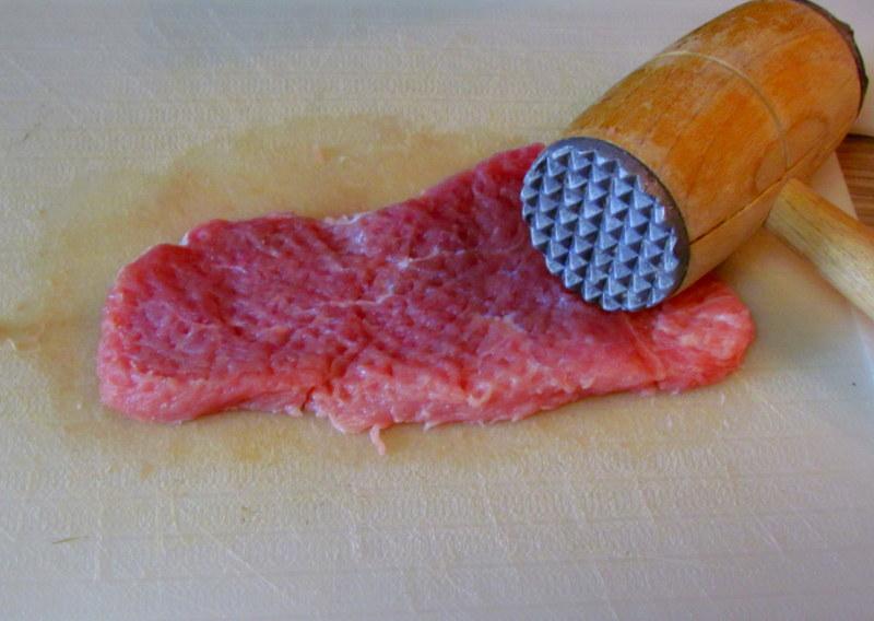 zrezki-v-paradiznikovi-omaki-s-prekajeno-slanino-in-gobicami-1