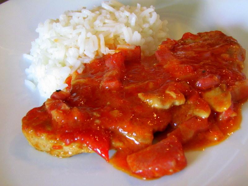 zrezki-v-paradiznikovi-omaki-s-prekajeno-slanino-in-gobicami-10