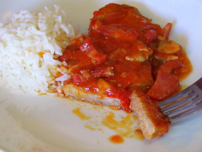zrezki-v-paradiznikovi-omaki-s-prekajeno-slanino-in-gobicami-11