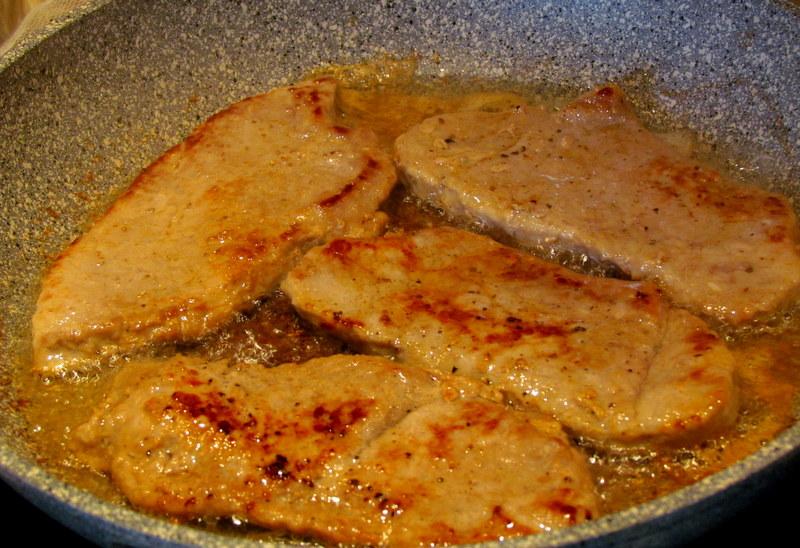zrezki-v-paradiznikovi-omaki-s-prekajeno-slanino-in-gobicami-2