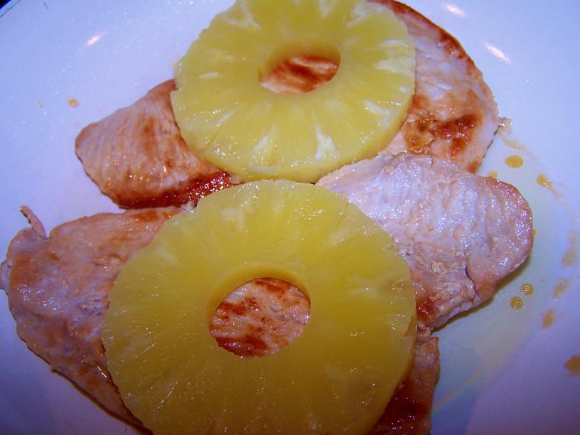 Puranji zrezki s sladkim ananasom in stopljenim sirom