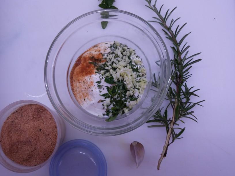 Zeliščna jogurtova omaka (2)