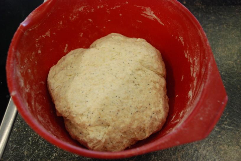 Domač kruh kot adventni venček