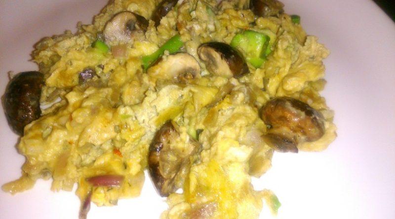 Nora omleta z gobami in avokadom