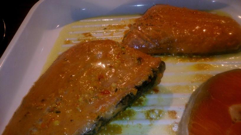 Mariniran in pečen losos s holandsko omako