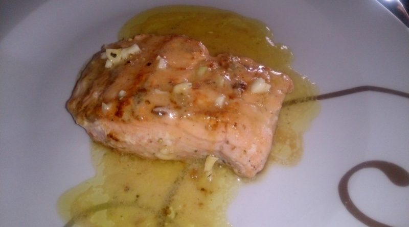 Pečen lososov file s kremno omako