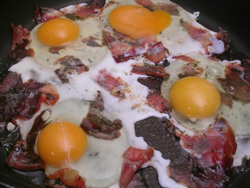 pecena-jajca-s-prsutom-in-kislim-zeljem-4
