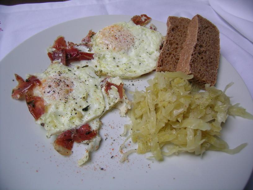 pecena-jajca-s-prsutom-in-kislim-zeljem-7