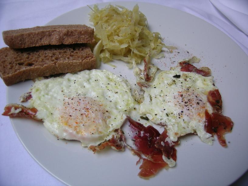 pecena-jajca-s-prsutom-in-kislim-zeljem-8