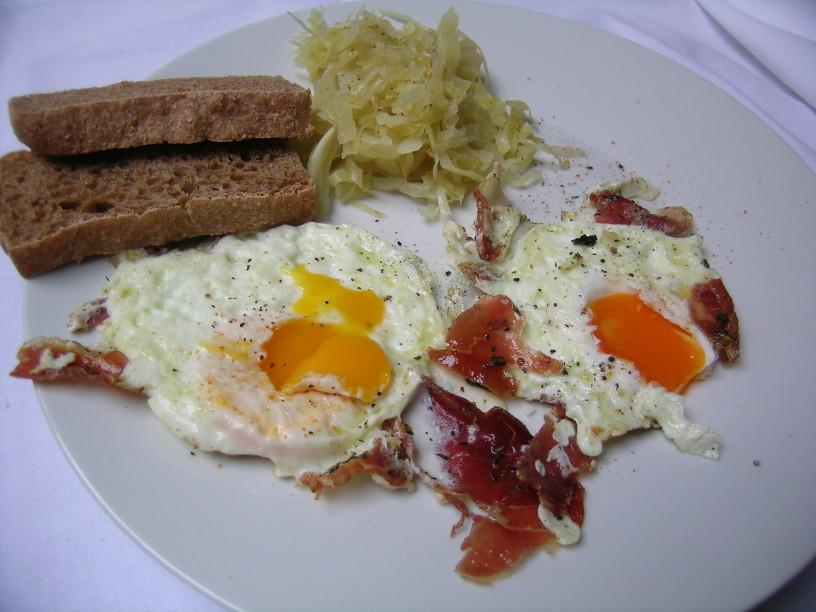 pecena-jajca-s-prsutom-in-kislim-zeljem-9