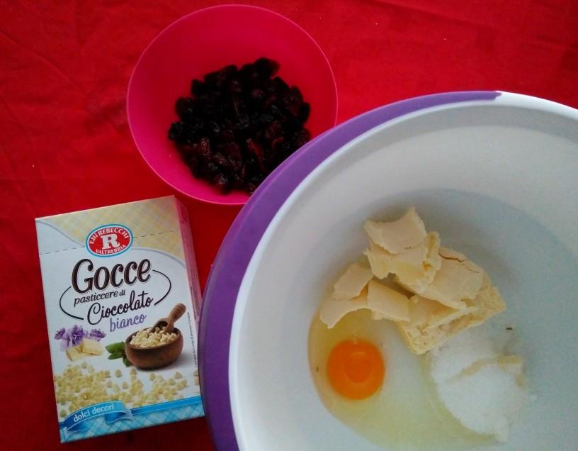 piskoti-z-brusnicami-in-koscki-bele-cokolade-1