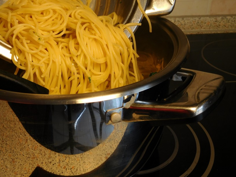 Slastni špageti s čemažem in orehi
