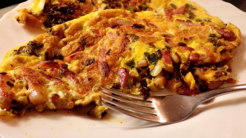 omleta-z-mlado-cebulo-in-slanino-1
