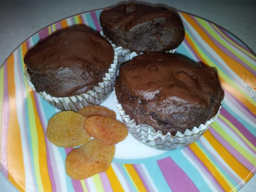 Slastni čokoladni muffini s suhimi marelicami