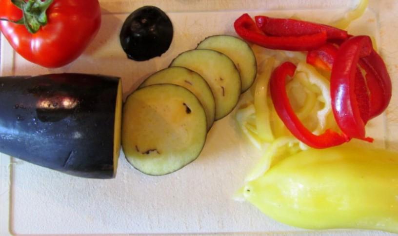 zelenjavna-zlozenka-z-jajcevci-buckami-in-paradiznikom-1