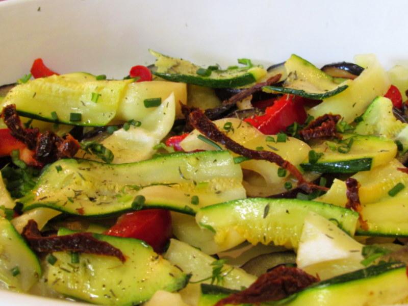 zelenjavna-zlozenka-z-jajcevci-buckami-in-paradiznikom-3