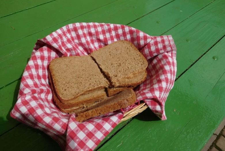 Enostaven polnozrnat kruh s ovsenimi kosmiči