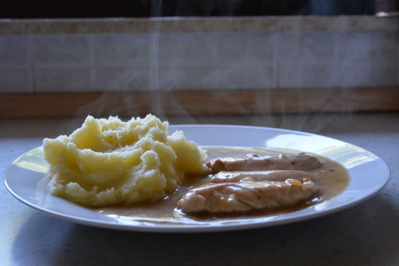 Piščančji zrezki v naravni omaki s pirejem