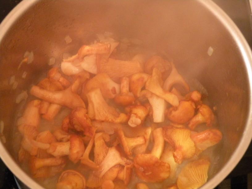slastna-krompirjeva-juha-z-lisickami