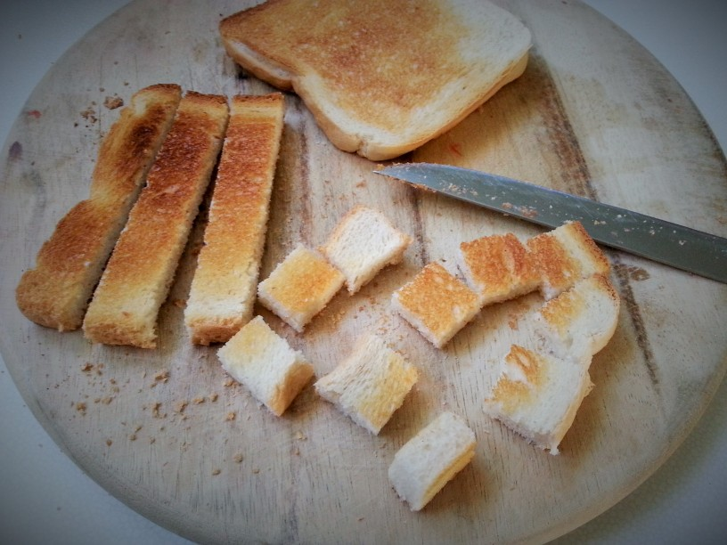 Paradiznikova-solata-s-hrustljavimi-koscki-toasta-3
