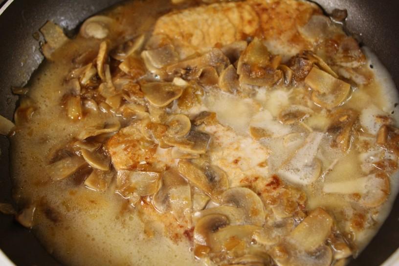 zrezki-v-kremni-omaki-s-sampinjoni-4