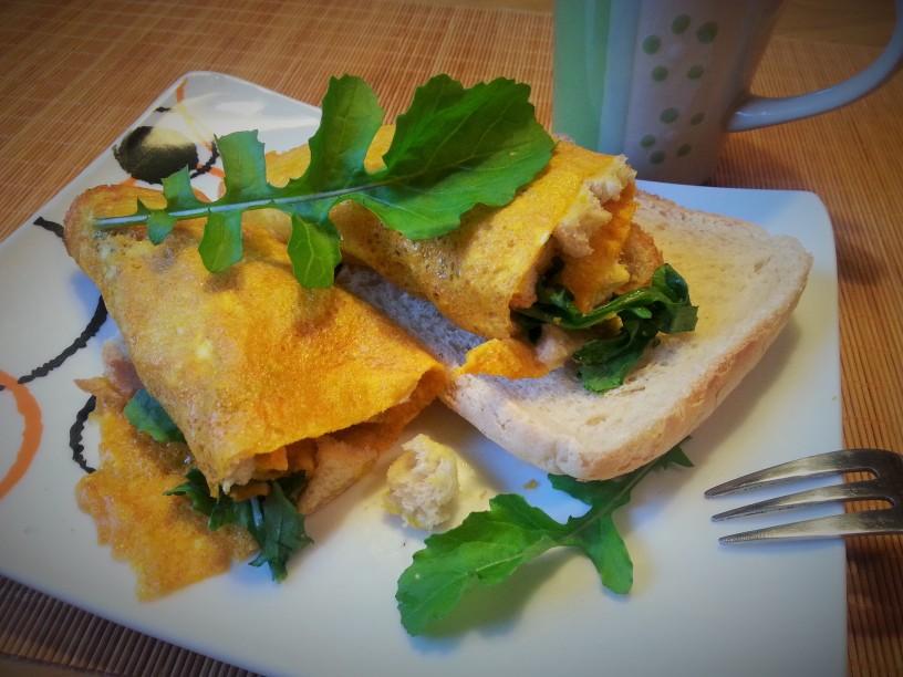 omleta-z-rukolo-in-hrustljavim-kruhom