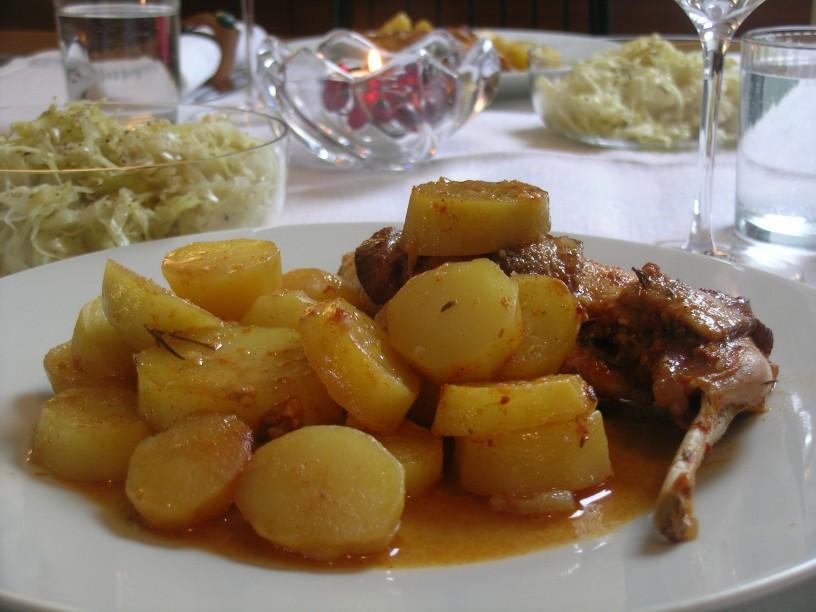 kuncja-stegna-s-krompirjem-in-jurcki-v-pecici-8