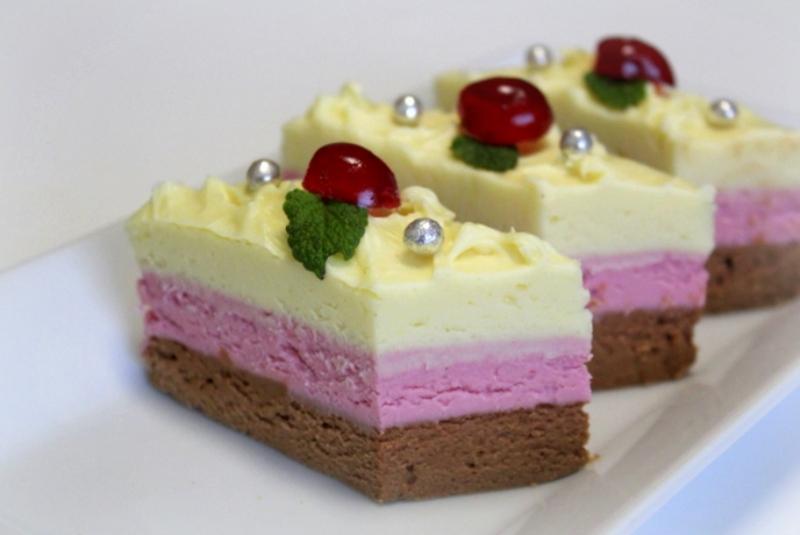1-cheesecake-z-rjavo-in-belo-cokolado-in-aromo-visnje-16